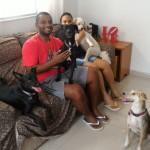 Thais Rocha com o marido e seus 5 cães: Rodolfo, Romeu, Rosinha, Tapioca e Channel